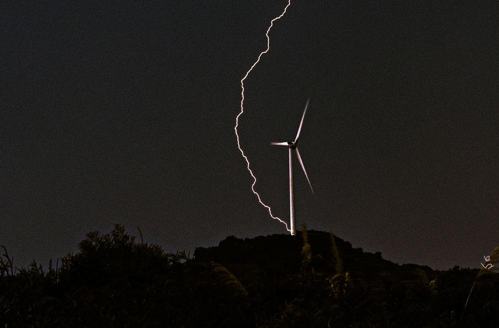 Decentralized Power Defends Against Disaster